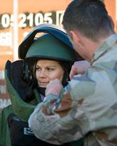 Victoria provar bombdräkt. Foto: Henrik Eskilsson/Försvarsmakten/Scanpix