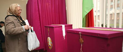 En kvinna röstar i valet i Vitryssland. Men bara lite mer än hälften av  människorna i landet röstade. Foto: Dimitry Brushko/Scanpix.